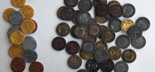 Por un puñado de monedas: dados, losetas y monedas de plástico envejecidas